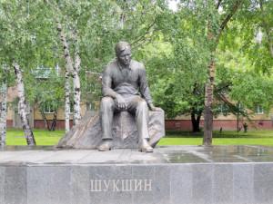Памятник Шукшину в Барнауле